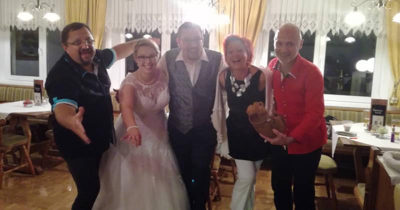 Band mit Hochzeitspaar